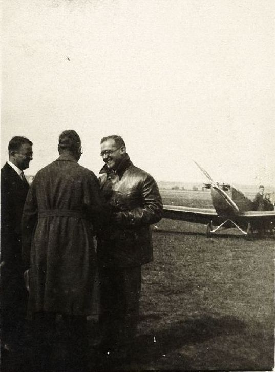 1928 Dipl. Ing. Robert Lusser im Gesprach vor einer Klemm L20 (HdG)