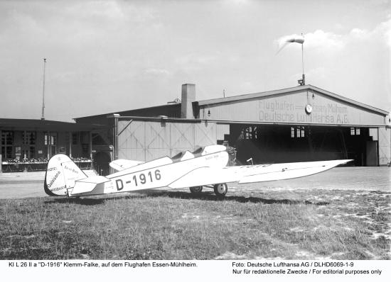 """KI L 26 II a """"D-1916"""" Klemm-Falke, auf dem Flughafen Essen-Muehlheim. Foto: Deutsche Lufthansa AG / 1930 DLHD6069-1-9"""