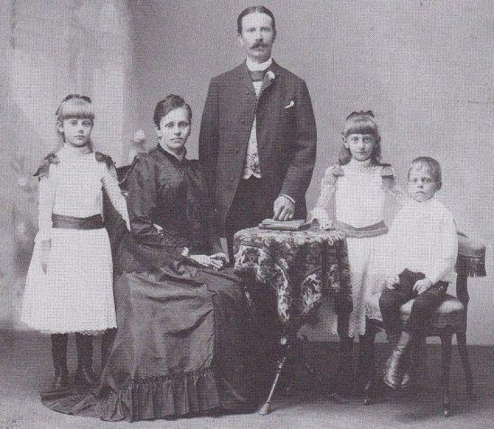 Hanns Klemm 1891 links Eltern und Geschwister