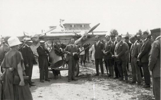 5 Deutscher Rundflug 1925 Empfang Böblingen Regierungsrat Biser begrüßt Klemm-Flieger nach Rundflug (HdG)