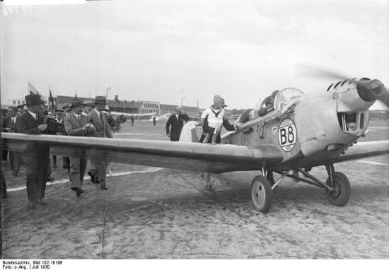 Der siegreiche erste deutsche Europa-Flieger Poss während seiner Ankunft auf dem Centralflughafen in Berlin.