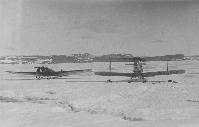 Foto ur dokumentationsalbum från svenska Spetsbergsexpeditionen år 1928, där besättningen på luftfartyget Italia med Umberto Nobile i spetsen räddades. Album 2 av 5, sida 19 av 27. FVMF.002117. Tillhör samlingen FVMF.000963. Ur Flygvapenmuseums bildarkiv.