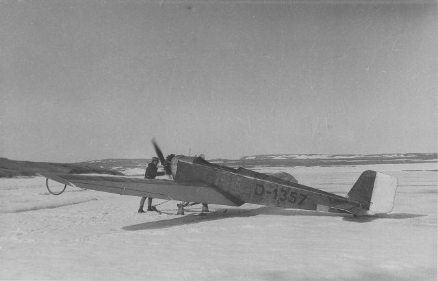 Foto ur dokumentationsalbum från svenska Spetsbergsexpeditionen år 1928, där besättningen på luftfartyget Italia med Umberto Nobile i spetsen räddades. Album 2 av 5, sida 24 av 27. FVMF.002117. Tillhör samlingen FVMF.000963. Ur Flygvapenmuseums bildarkiv.